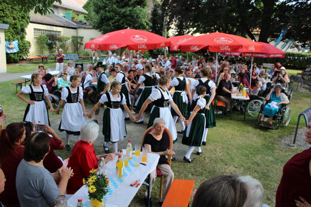 Sommerfest: Tracht trifft Lama