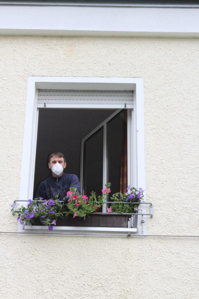Blumenschmuck an den Fenstern